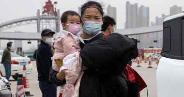 Chinese struggle to return to work as virus controls ease
