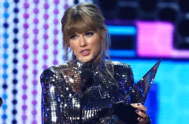 "Taylor Swift accepts the award for favorite pop/rock album for ""Reputation"" at the American Music Awards 2018"