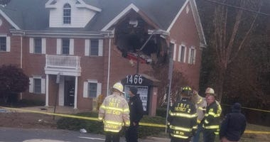 Car crashes into NJ building