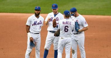 Mets - Seaver Tribute (dirt on knee)
