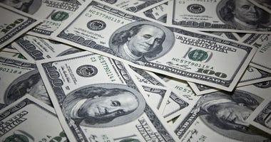 Money: $100 Bills