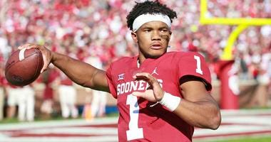 Kyler Murray throws a warmup pass before an Oklahoma game in 2018.