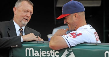 all of Fame inductee Bert Blyleven (left) shows Cleveland Indians manager Manny Acta (right) his Hall of Fame ring