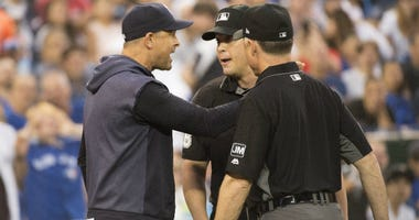 Aaron Boone argues with the umpires.