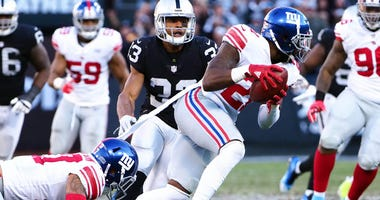 Giants strong safety Landon Collins (21) recovers a fumble against the Raiders on Dec. 4, 2018, at Oakland Coliseum in Oakland, California.