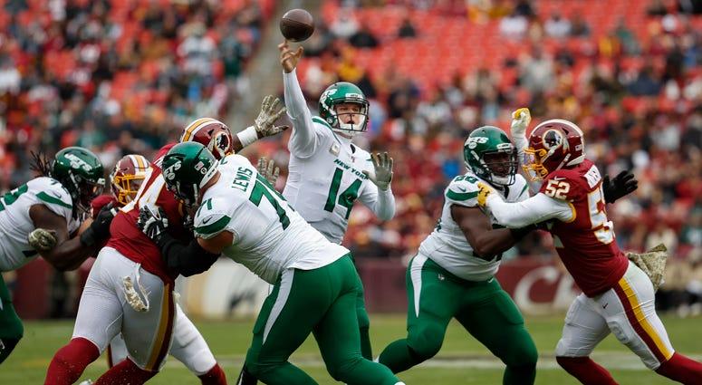 Jets QB Sam Darnold passes against the Washington Redskins on Nov. 17, 2019.