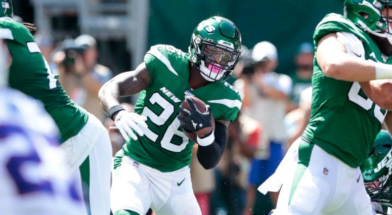 New York Jets running back Le'Veon Bell (26) carries the ball against the Buffalo Bills during the first half at MetLife Stadium