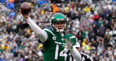 Sam Darnold throws a pass during the first quarter against the Oakland Raiders at MetLife Stadium Nov 24, 2019; East Rutherford, NJ