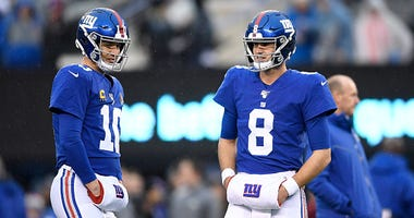 Daniel Jones and Eli Manning before a Giants game.