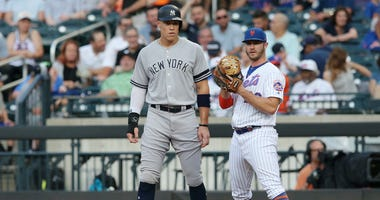 Aaron Judge stands on first base next to Pete Alonso