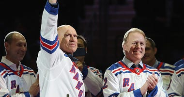 Mark Messier salutes Rangers fans while the 1994 team is honored.