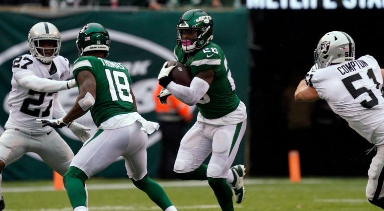 New York Jets running back Le'Veon Bell (26) runs the ball during the first quarter against the Oakland Raiders on Nov. 24, 2019 at MetLife Stadium.
