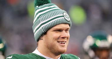 Sam Darnold smiles during a Jets game.
