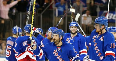 Martin St. Louis salutes Rangers fans at the Garden