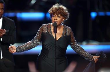 Anita Baker behind microphone stand
