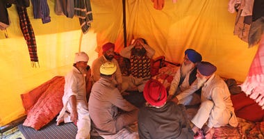 Protesting farmers return to camp after storming Indian fort