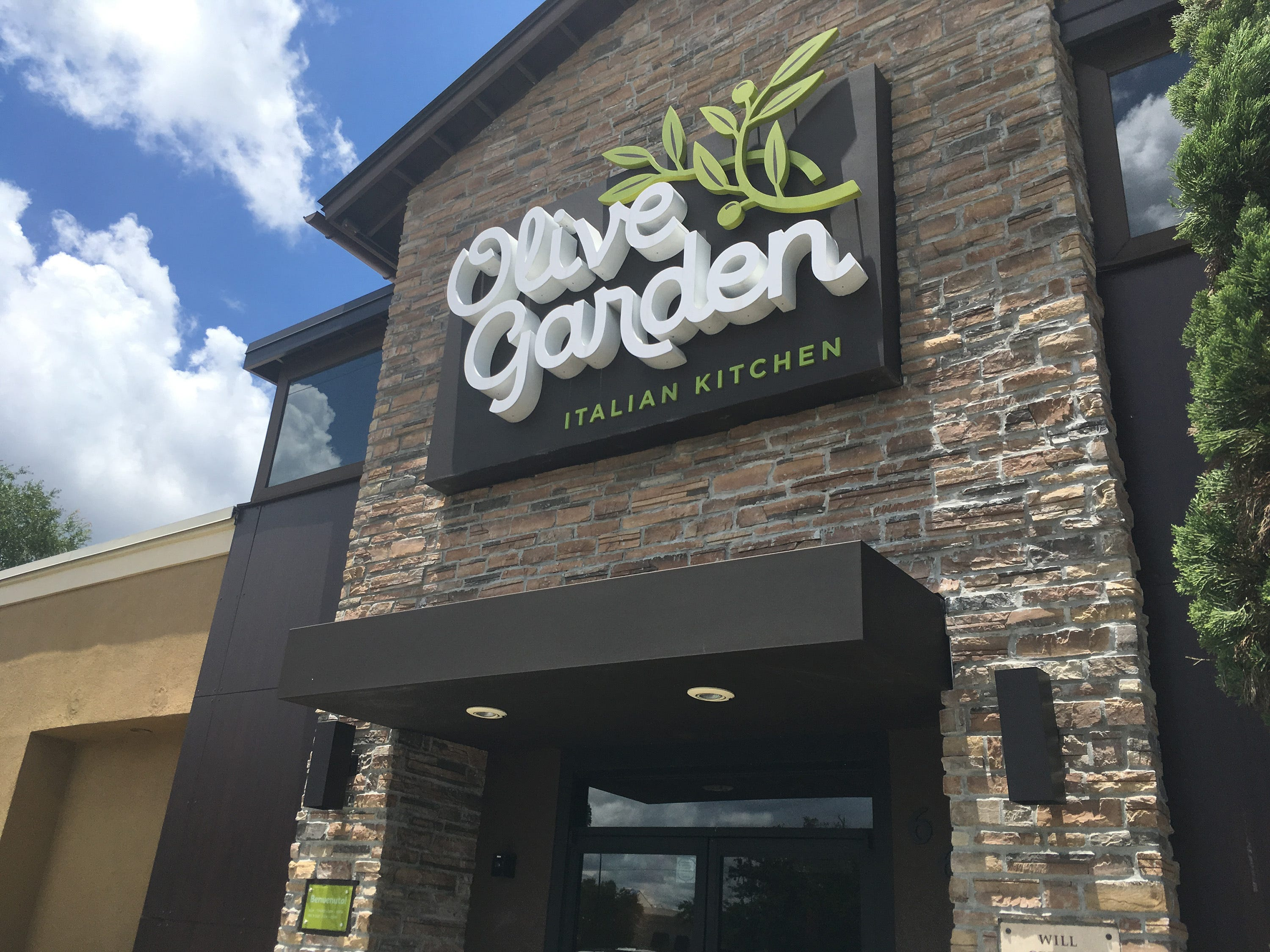 Olive Garden Mgr Out After Customer Wants Gets White Server