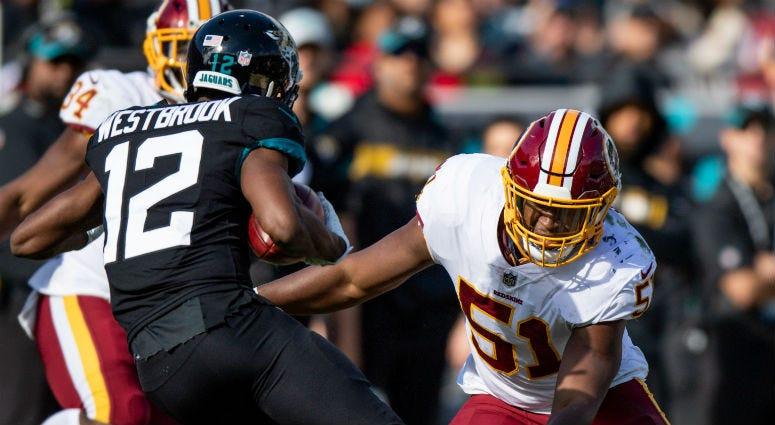 Redskins LB Shaun Dion Hamilton tries to tackle Jaguars WR Dede Westbrook.