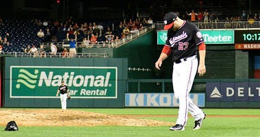 Shawn_Kelley_throws_glove