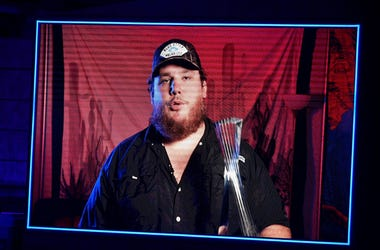 """Luke Combs Live Chat And """"Does To Me"""" Video Premier"""
