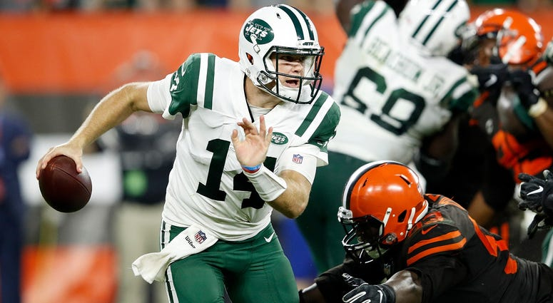 CLEVELAND, OH - SEPTEMBER 20: Sam Darnold #14 of the New York Jets avoids a tackle by Joe Schobert #53 of the Cleveland Browns during the fourth quarter at FirstEnergy Stadium on September 20, 2018 in Cleveland, Ohio. (Photo by Joe Robbins/Getty Images)