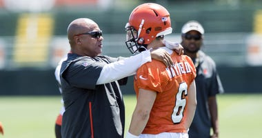 Cleveland Browns head coach Hue Jackson talks with quarterback Baker Mayfield (6) during training camp at the Cleveland Browns Training Complex.