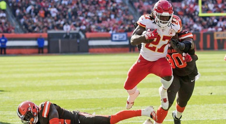 Kareem Hunt scores touchdown against Cleveland Browns