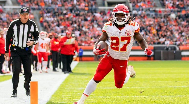 Kansas City Chiefs running back Kareem Hunt (27)