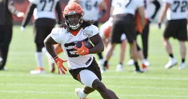 Cleveland Browns running back Kareem Hunt (27) runs with the ball during organized team activities at the Cleveland Browns training facility.