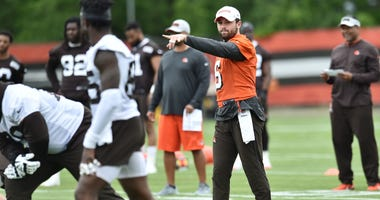 Cleveland Browns quarterback Baker Mayfield (6) calls a play during minicamp at the Cleveland Browns training facility.