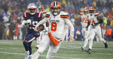 Cleveland Browns quarterback Baker Mayfield (6) carries the ball during the second half against the New England Patriots at Gillette Stadium.
