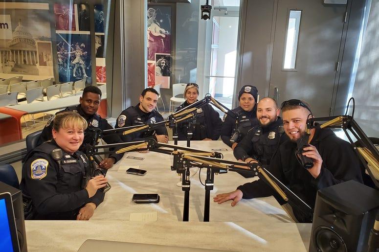 Oficiales Latinos de la Policía de Washington DC Nos Visitan