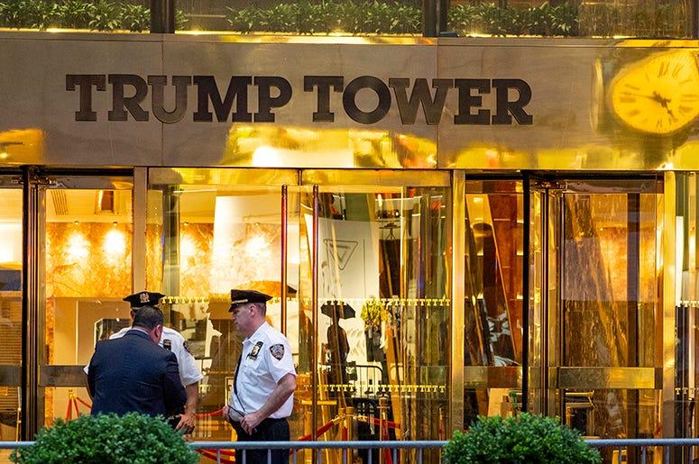 """La policía investiga denuncias de la presencia de un """"objeto sospechoso"""" en la Trump Tower el 27 de julio del 2018. Antes de las elecciones del 2016 el edificio fue escenario de un encuentro de Donald Trump hijo y otros allegados a su padre, hoy president"""