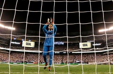 Keylor Navas festeja un gol de Gareth Bale en un partido de pretemporada entre Real Madrid y Roma en East Rutherford, Nueva Jersey, el 7 de agosto del 2018. El costarricense pelea la titularidad de la portería del club merengue con Thibault Courtois, reci