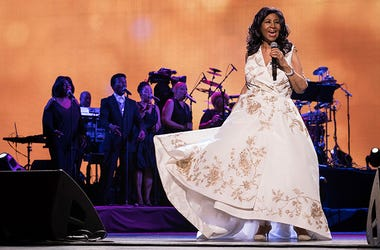 """En esta foto del 19 de abril de 2017, Aretha Franklin actúa en el estreno mundial de """"Clive Davis: The Soundtrack of Our Lives"""" en el Radio City Music Hall, en Nueva York, durante el Festival de Cine de Tribeca. Franklin murió el jueves 16 de agosto del 2"""