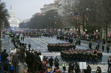 En esta fotografía de archivo del viernes 20 de enero de 2017, unidades militares participan en el desfile inaugural de la presidencia de Donald Trump desde el Capitolio a la Casa Blanca en Washington.