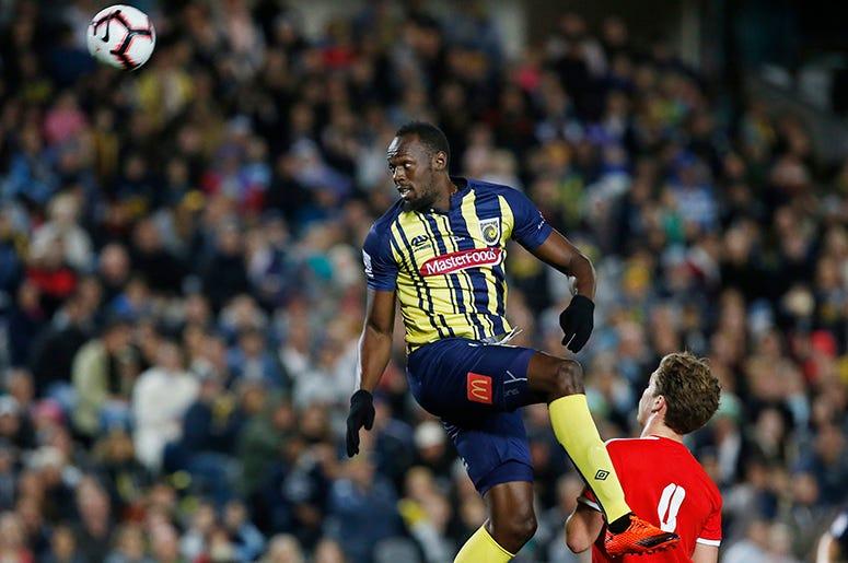 El jamaiquino Usain Bolt se eleva en un remate de cabeza durante un partido amistoso entre su club Central Coast Mariners y el equipo amateur Central Coast Select en Gosford, Australia, el viernes 31 de agosto de 2018.