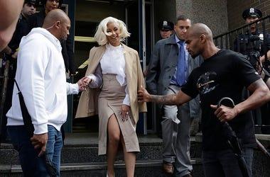 Cardi B sale de una comisaría en Queens, Nueva York, el lunes 1 de octubre del 2018. La rapera se reunió con las autoridades como parte de una investigación sobre su posible participación en una pelea en un club nudista.
