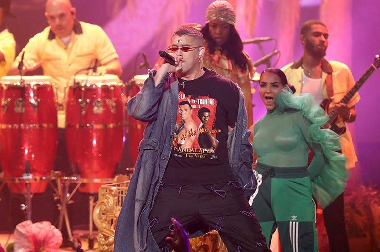 """Bad Bunny interpreta """"I Like It"""" durante la ceremonia de los American Music Awards, el martes 9 de octubre del 2018 en el Teatro Microsoft en Los Angeles."""