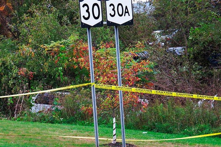 En esta foto de archivo del 6 de octubre de 2018, una limusina, izquierda, se ha estrellado en un bosque tras un choque fatal en Schoharie, Nueva York, EEUU