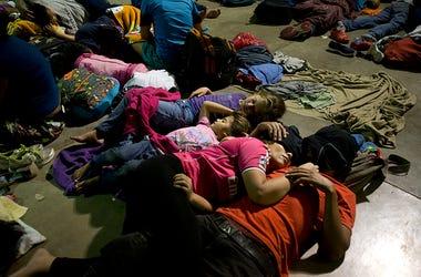 Migrantes hondureños duermen en un refugio improvisado en Esquipulas, Guatemala, el lunes 15 de octubre de 2018. El grupo, estimado en 1.600 a 2.000 personas que esperan llegar a Estados Unidos, se quedó a dormir en esta ciudad luego de que las autoridade