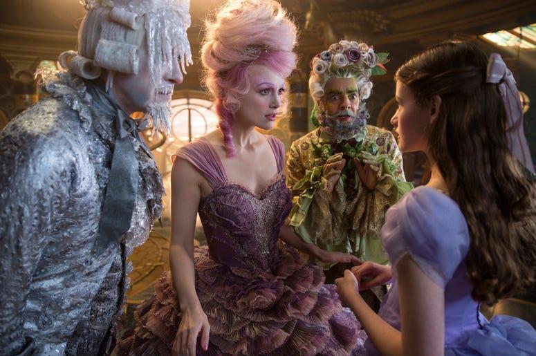 """Esta foto liberada por Disney, desde la izquierda, muestra a Richard E. Grant, Keira Knightley, Eugenio Derbez y Mackenzie Foy en una escena de """"El cascanueces y los cuatros reinos""""."""