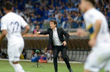 El técnico Guillermo Barros Schelotto (centro) Boca Juniors da instrucciones durante el partido de cuartos de final de la Copa Libertadores ante Cruzeiro en Belo Horizonte, Brasil, el jueves 4 de octubre de 2018.