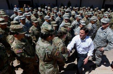 El gobernador de Arizona, el republicano Doug Ducey, se reúne con miembros de la Guardia Nacional en la Base Militar Papago Park en Phoenix el 9 de abril del 2018.