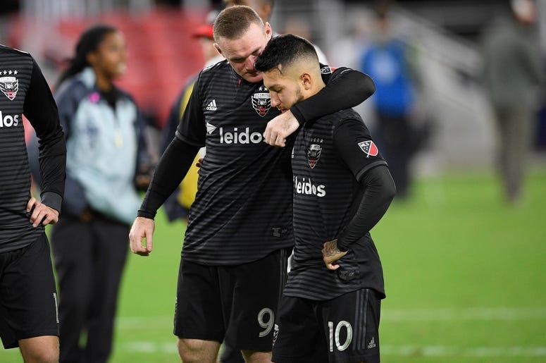 El inglés Wayne Rooney trata de consolar al argentino Luciano Acosta, su compañero en el D.C. UInited, tras la derrota por penales ante el Crew de Columbus, el jueves 1 de noviembre de 2018