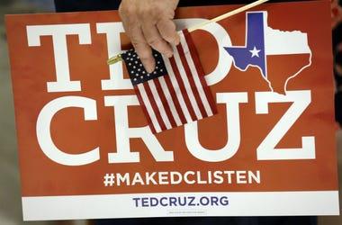 Stuart Mayper sostiene una pancarta a favor del senador republicano por Texas Ted Cruz, durante una festejo electoral el martes 6 de noviembre de 2018 en Houston.