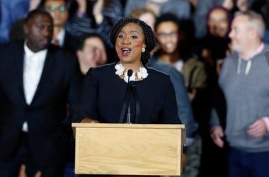 La demócrata Ayanna Pressley da su discurso de victoria tras ser elegida para representar al séptimo distrito del Congreso de Massachusetts, el martes 6 de noviembre de 2018, en Boston.