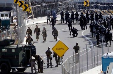 En esta fotografía del domingo 25 de noviembre de 2018 se muestran elementos del Ejército y agentes de la Oficina de Aduanas y Protección Fronteriza de Estados Unidos en el cruce fronterizo de San Ysidro, en San Diego.