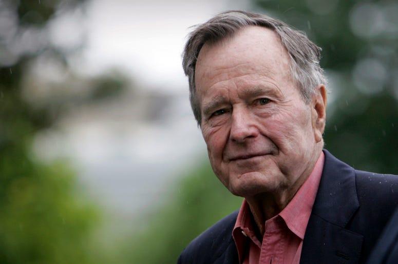 En esta imagen de archivo, tomada el 11 de mayo de 2008, el expresidente de Estados Unidos, George H.W. Bush, a su llegada al South Lawn de la Casa Blanca, en Washington. Bush murió el 30 de noviembre de 2018 a los 94 años.
