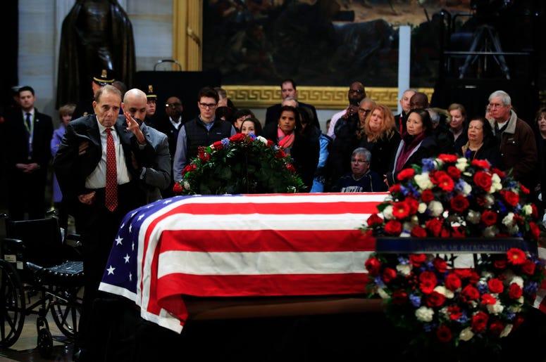 El exsenador Bob Dole hace un saludo militar al féretro con los restos mortales del expresidente de Estados Unidos George H.W. Bush, en el Capitolio, Washington, el 4 de diciembre de 2018.